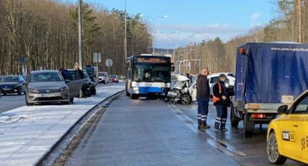 Do poważnego zderzenia doszło na kontrapasie na ul. Chwarznieńskiej.