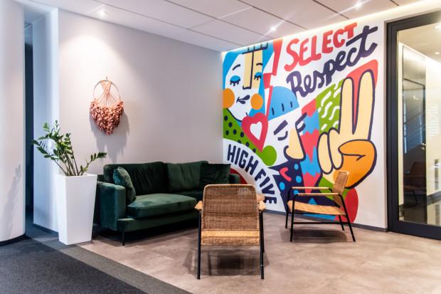 W aranżacji biura została uwzględniona także przestrzeń do relaksu.
