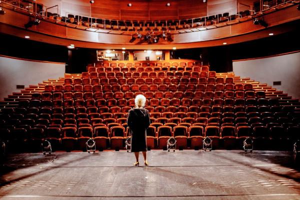 Odwoływane premiery, przesuwane terminy spektakli i wydarzenia przeniesione do sieci - tym żyje ostatnimi czasy teatr.