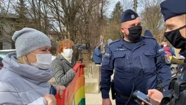Członkowie KOD zorganizowali w niedzielę manifestację pod katedrą w Oliwie.