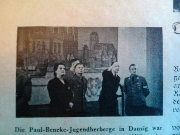 Fotografia dokumentująca wizytę szefa Hitlerjugend Artura Axmanna w schronisku im. Pawła Beneke na Biskupiej Górce w 1940 r.