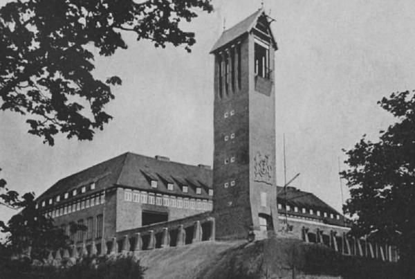 Zdjęcie schroniska młodzieżowego na Biskupiej Górce z 1940 r. Warto zwrócić uwagę, że na wieży nie ma jeszcze zamontowanej tarczy zegarowej.
