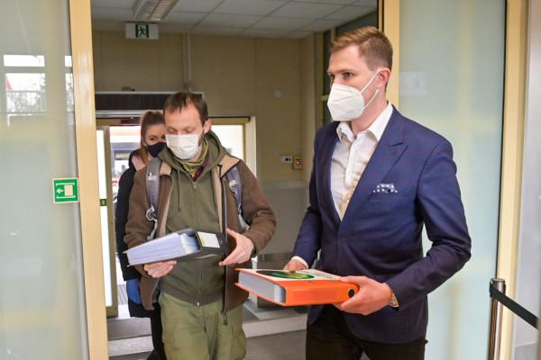 Wiceprezydent Grzelak odebrał dokumenty od aktywistów i podziękował za zaangażowanie.