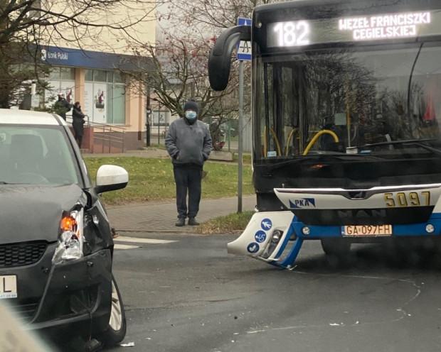 Tak wyglądała ubiegłoroczna stłuczka w Gdyni na trasie w kierunku węzła F. Cegielskiej. Zdjęcia przesłali nam czytelnicy w Raporcie z Trójmiasta.
