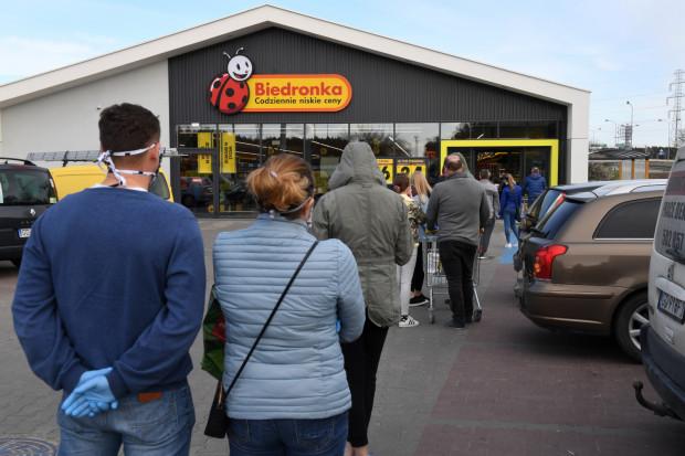 Rok temu z powodu obostrzeń staliśmy w kolejkach przed sklepami.