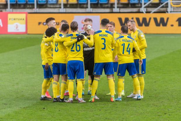 Piłkarze Arki Gdynia rozegrają 8 spotkań w ciągu 32 lub 33 dni.