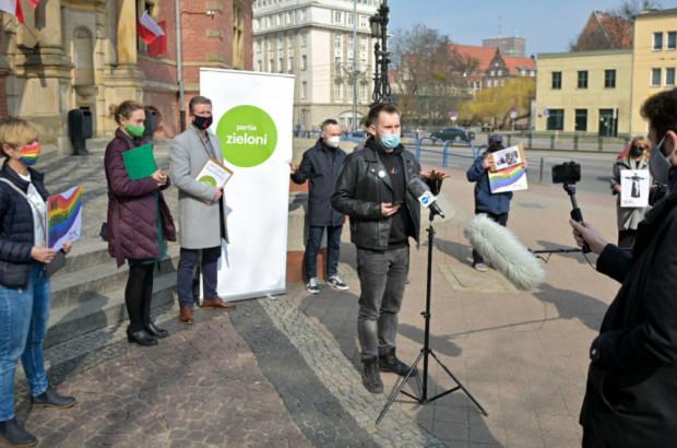 Przedstawiciele Partii Zieloni oraz Nowej Lewicy wzywali w sobotę władze Trójmiasta do bojkotu ingresu metropolity.
