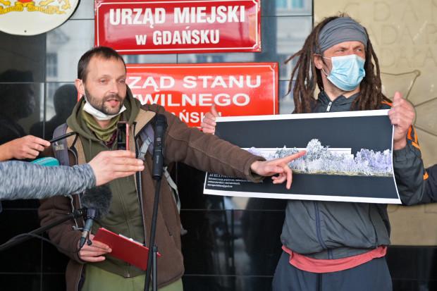 Aktywiści przekonywali w piątek, że nowa zabudowa w Brzeźnie będzie wyższa niż korony drzew.