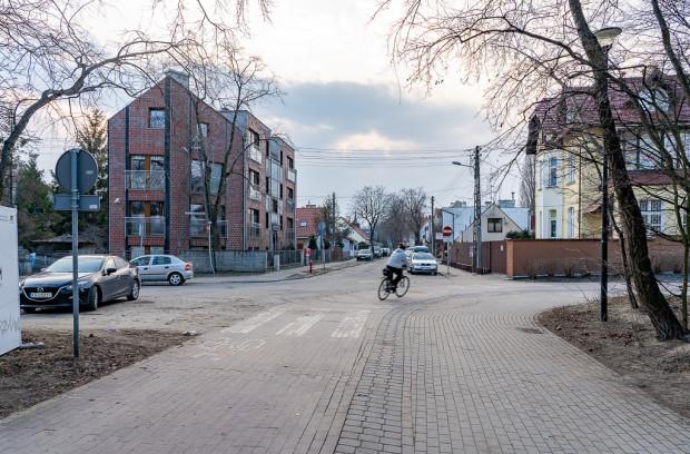 Widok na ul. Pułaskiego z nadmorskiego deptaka i drogi rowerowej przy Domu Zdrojowym.