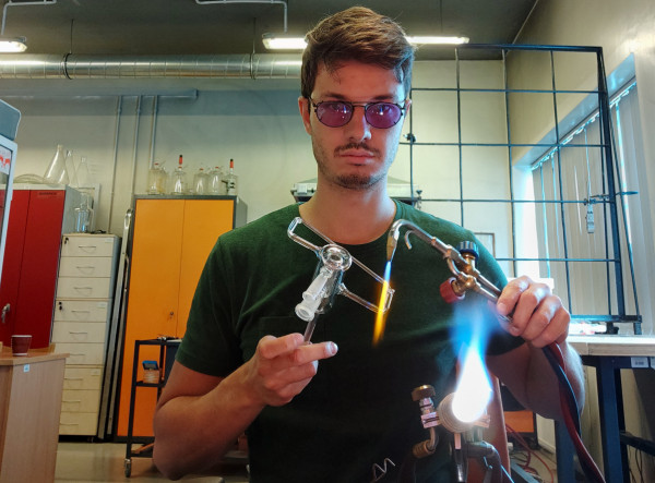 Szkolenie dmuchacza szkła laboratoryjnego trwa przynajmniej 6 lat. Jednak nawet dla doświadczonej osoby ta praca stanowi wyzwanie. Większość projektów to prototypy, które więcej się nie powtórzą.