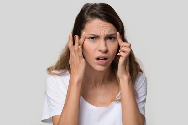 Emocje, które generują najczęstsze typy zmarszczek, to: gniew (lwia zmarszczka lub zmarszczka marsowa), zdziwienie (zmarszczki poprzeczne czoła) i śmiech/radość - kurze łapki.