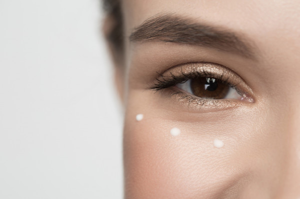 Kurze łapki, efekt uśmiechania się, można spłycić, stosując odpowiednie kosmetyki oraz wykonując delikatne masaże.