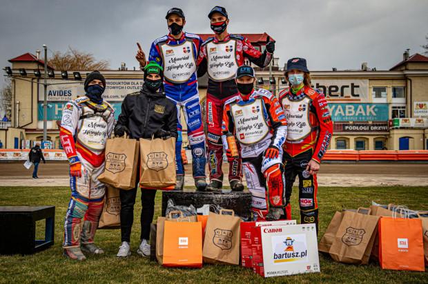 W Gdańsku żużlowcy po raz pierwszy mogli pościgać się w tym roku w oficjalnych zawodach. Od lewej: Aleksandr Kajbuszew, Mikkel Michelsen, Rasmus Jensen, Andriej Kudriaszow, Krystian Pieszczek, Drew Kemp.