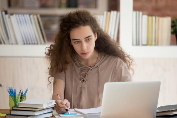 Żarty i próby przechytrzenia nauczycieli podczas zdalnego nauczania już nie bawią tak jak na początku. Ci, którzy poważnie myślą o przyszłości i nadchodzących egzaminach, starają się pilnie uczyć. Przytłacza ich jednak liczba zadawanego materiału. Po kilkunastu godzinach nauki przy komputerze nie mają czasu na nic innego.