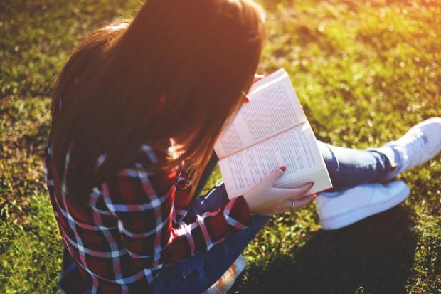 Biografie i autobiografie cieszą się sporą popularnością na rynku literackim. Zwykle sięgamy po tego typu literaturę, kiedy chcemy dowiedzieć się więcej o życiu znanych postaci.
