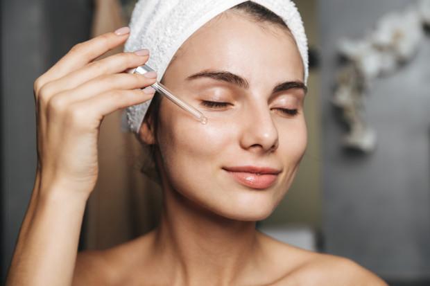W codziennej pielęgnacji bardzo ważne jest stosowanie kosmetyków przeciwzmarszczkowych, nawilżających i np. niwelujących działanie czynników zewnętrznych i wewnętrznych na skórę.