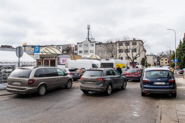 Samochody zaparkowane wokół targowiska przy placu Górnośląskim. W drugiej połowie roku za postój trzeba będzie płacić.