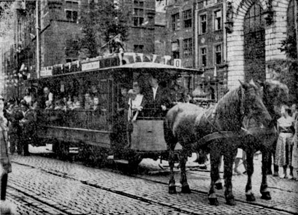 Tramwaje Konne pojawiły się na Długim Targu w 1883 r., wraz z uruchomieniem linii tramwaju konnego z Targu Węglowego do Bramy Żuławskiej oraz na Dolne Miasto. Zniknęły z tego miejsca pod koniec lat 50. XX wieku.