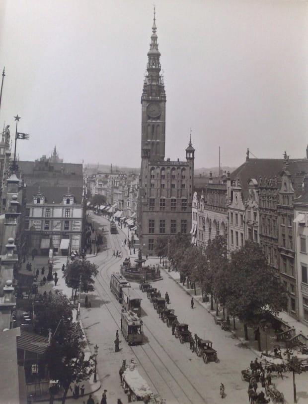 Tramwaje elektryczne na Długiej i Długim Targu w 1906 r. Zdjęcie: Neue Photographische Geschallschaft Berlin Stegliz.