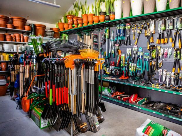 W centrach ogrodniczych kupimy nie tylko kwiaty, ale także narzędzia do pracy w ogrodzie.