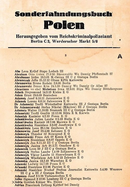 """Fragment strony tytułowej """"Specjalnej księgi Polaków ściganych listem gończym"""" i strony nr 3 spisu ściganych osób na literę """"A"""" jako przygotowanej listy proskrypcyjnej wrogów III Rzeszy z lipca 1939 r. autorstwa Reichskriminalpolizeiamt w Berlinie."""