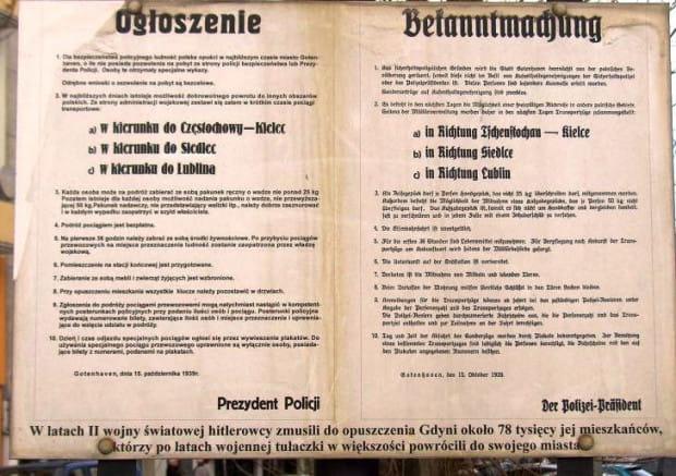 Replika ogłoszenia niemieckiego prezydenta policji z 15.10.1939 r. zamieszczona na placu Gdynian Wysiedlonych.