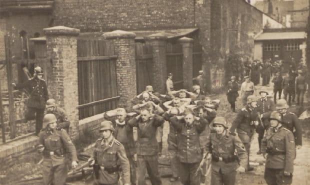 Obrońcy Poczty Polskiej wyprowadzani po południu 1 września z budynku po zakończeniu walk. 38 z nich Niemcy rozstrzelali niecały miesiąc później.