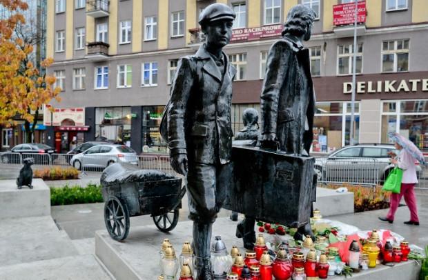 Matka z dziećmi, z których jedno spogląda na pozostającego w oddali psa, to główne elementy, z których składa się pomnik upamiętniający przymusowe wysiedlenia gdynian podczas II wojny światowej. Pomnik znajduje się na placu Gdynian Wysiedlonych w Gdyni.