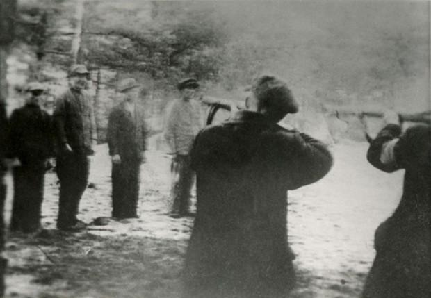 Zdjęcie egzekucji dokonywanej przez członków Selbstschutzu w Piaśnicy wykonane przez Waldemara Englera z Wejherowa, który też był esesmanem. Fotografia z Archiwum Państwowego w Gdańsku.
