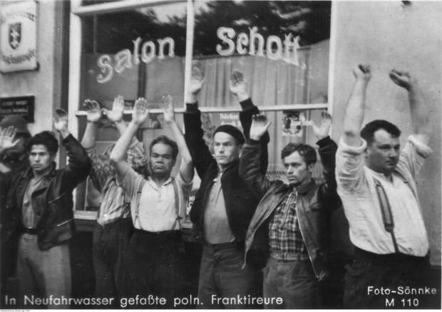 Polscy mieszkańcy Wolnego Miasta Gdańska aresztowani przez Niemców we wrześniu 1939 r. Propagandowy napis na zdjęciu określa ich jako partyzantów (Franktireure).