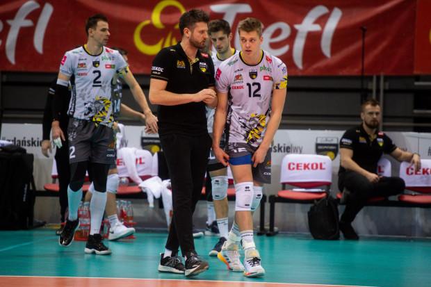 Karol Urbanowicz (nr 12) przyznaje, że w każdym spotkaniu stara się odpłacić trenerowi Michałowi Winiarskiemu za otrzymane zaufanie.