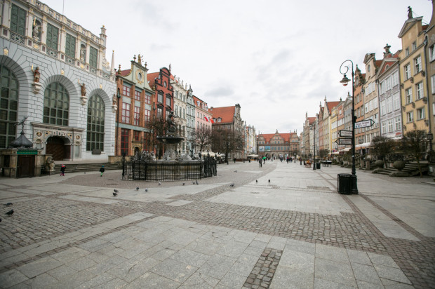 Zniszczona i wykonana z wielu materiałów nawierzchnia Długiego Targu przejdzie niebawem remont. Konserwator zabytków porozumiał się w tej sprawie z miejskimi urzędnikami.