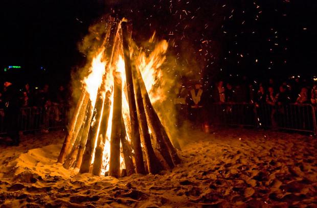 Jeśli chcemy rozpalić ognisko na plaży, musimy wystąpić o zgodę do Urzędu Morskiego w Gdyni.