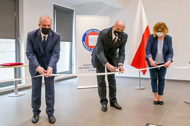 Wojewoda pomorski (z lewej) i główny inspektor sanitarny (w środku) uroczyście przecięli wstęgę podczas otwarcia nowej siedziby sanepidu.