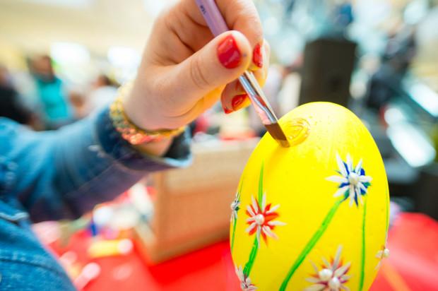 Kolorowe jajka w różnych częściach Polski nazywane są inaczej, jednak wszędzie są związane z radosnym oczekiwaniem na święta.
