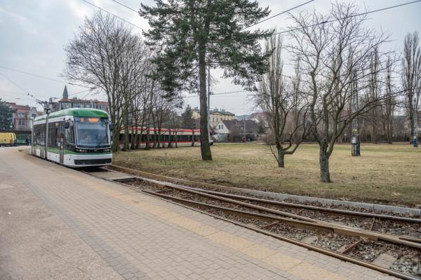 Obecnie na terenie wewnątrz torowiska znajduje się tylko kilka drzew i słupy trakcyjne.