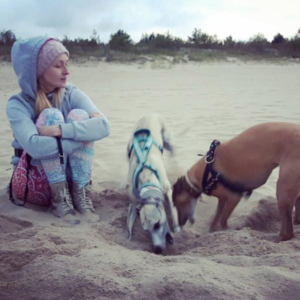 """""""Uwielbiam spacery po plaży z moimi psami, nie przeszkadza mi wietrzna i pochmurna pogoda ani mżawka"""" - mówi Magda."""