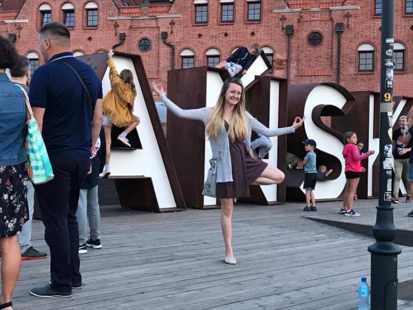 """Pisarka, redaktorka, nauczycielka jogi, autorka książek """"Szczęśliwi biegają ULTRA"""" oraz """"Mam tak samo jak Ty"""" - Magdalena Ostrowska-Dołęgowska."""