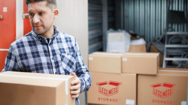 Less Mess Storage oferuje kompleksowe usługi, w tym możliwość zakupu kartonów i zamówienia ich do domu czy pomoc w organizacji transportu.