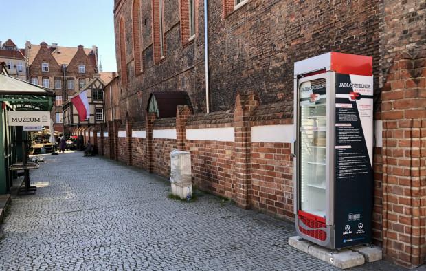Społeczna lodówka działa m.in. przed kościołem św. Mikołaja w Gdańsku.