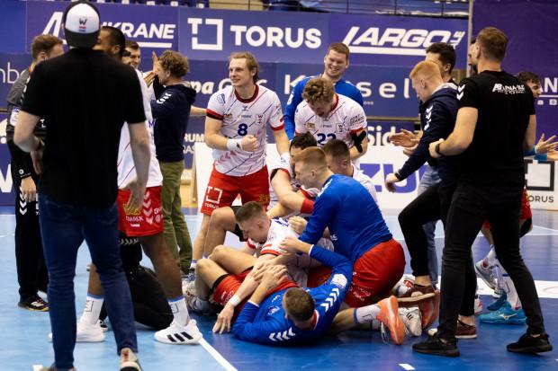 Tak cieszyli się piłkarze ręczni Torus Wybrzeże po wygranych rzutach karnych z Azotami Puławy.