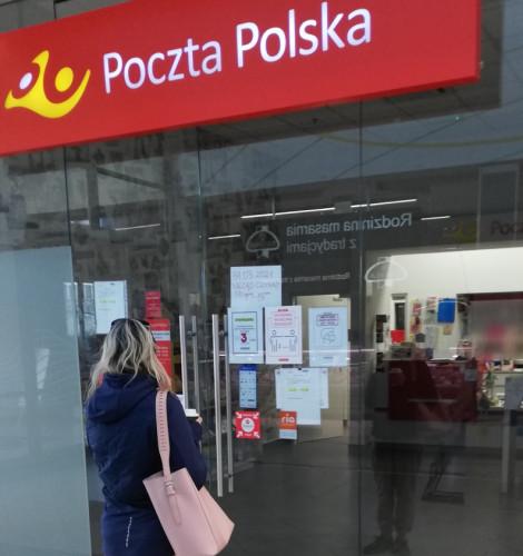 Inne godziny otwarcia w teorii, a inne w praktyce. Z tego powodu klienci odbijają się od drzwi Poczty Polskiej w CH Morena.