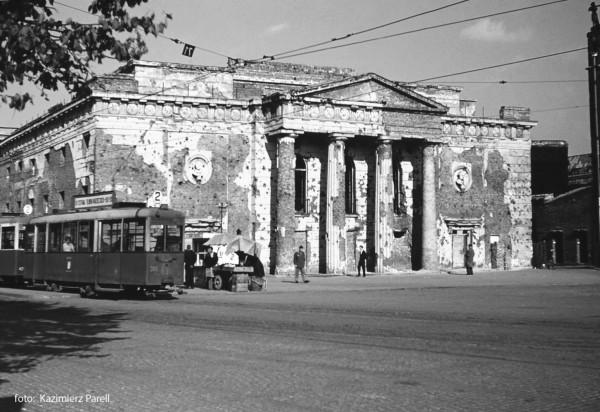 Ruina teatru miejskiego na zdjęciu z przełomu lat 40. i 50.