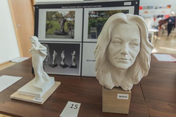 Ten projekt zajął pierwsze miejsce w konkursie i zgarnął nagrodę w wysokości 10 tys. zł. Przygotowało go Studio rzeźby Maciej Jagodziński-Jagenmeer.