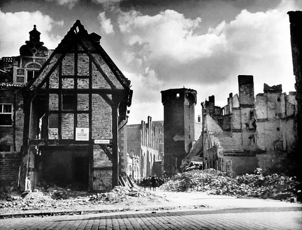 Widok z ulicy Katarzynki na Basztę Jacek. Zdjęcie K. Lelewicza z 1946 roku.