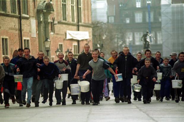 Nie było mowy o subtelnym polewaniu wodą! W ruch szły wiadra, a przechodnie mogli mieć pewność, że jeśli dopadnie ich taka ekipa, to wrócą do domu przemoczeni do suchej nitki. Śmigus-dyngus w Gdańsku, 1 kwietnia 2002 r.