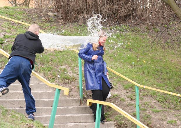 Śmigus-dyngus na ulicach Gdyni (Witomino). Na zdjęciu nastolatek oblewający zimną wodą ludzi wracających z kościoła (17 kwietnia 2006 r.).