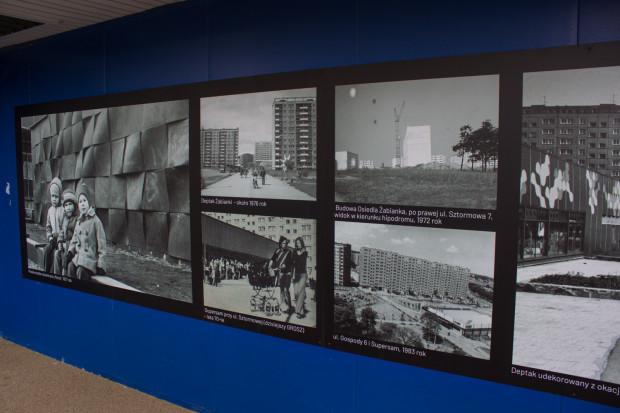 Stare zdjęcia Żabianki zastąpiły reklamy w witrynach supersamu Grosz, który w tym miejscu funkcjonuje od 30 lat.
