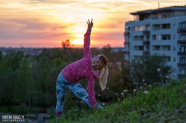 Kiedyś zawodniczka ultramaratonów oraz rajdów przygodowych, teraz trenuje jogę i planuje napisanie trzeciej książki.