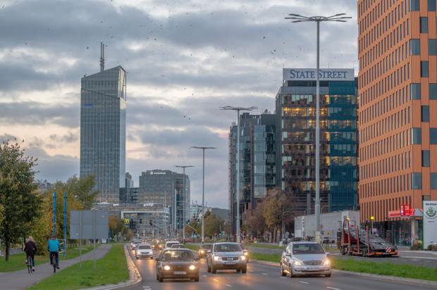 Czy w dobie pracy zdalnej jest sens budować coraz większe kompleksy biurowe i tracić czas na dojazdy, skoro znaczną część obowiązków można wykonywać bezpośrednio z domu?